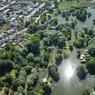 Les célèbres hortillonnages d'Amiens forment un entrelacs de petits îlots artificiels façonnés avec la vase prélevée dans le lit de la Somme et séparés par des canaux, ou rieux. Ils s'étendent sur 270 hectares, au cœur de la capitale picarde.