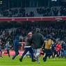 Le service de sécurité a rapidement été dépassé par les vagues de supporters qui ont déferlé en direction des joueurs afin d'exiger des comptes.