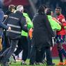 Si les joueurs visiteurs n'ont pas été inquiétés, les Lillois, eux, ont subi les foudres des fans en colère. Nicolas Pépé, Thiago Maia et Thiago Mendes ont été bousculés par des individus souvent cagoulés.