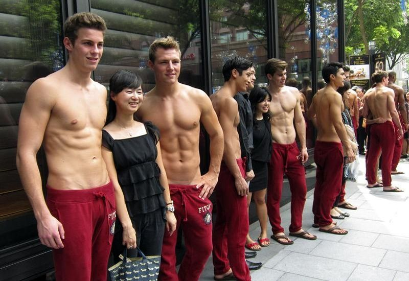 Extrêmement Les mannequins torse nu devant les magasins Abercrombie, c'est fini ! BC74
