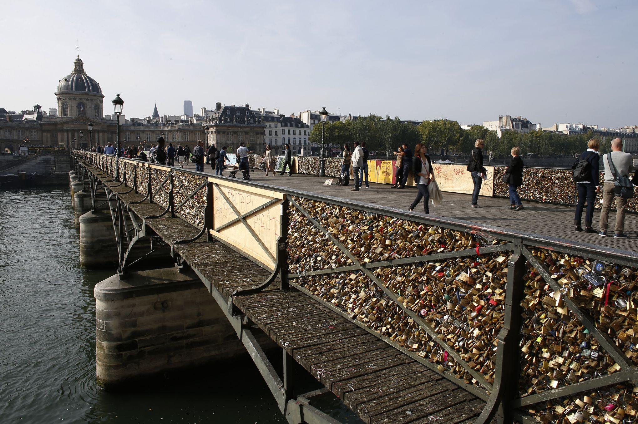 Paris les cadenas du pont des arts bient t retir s - Pont des cadenas paris adresse ...