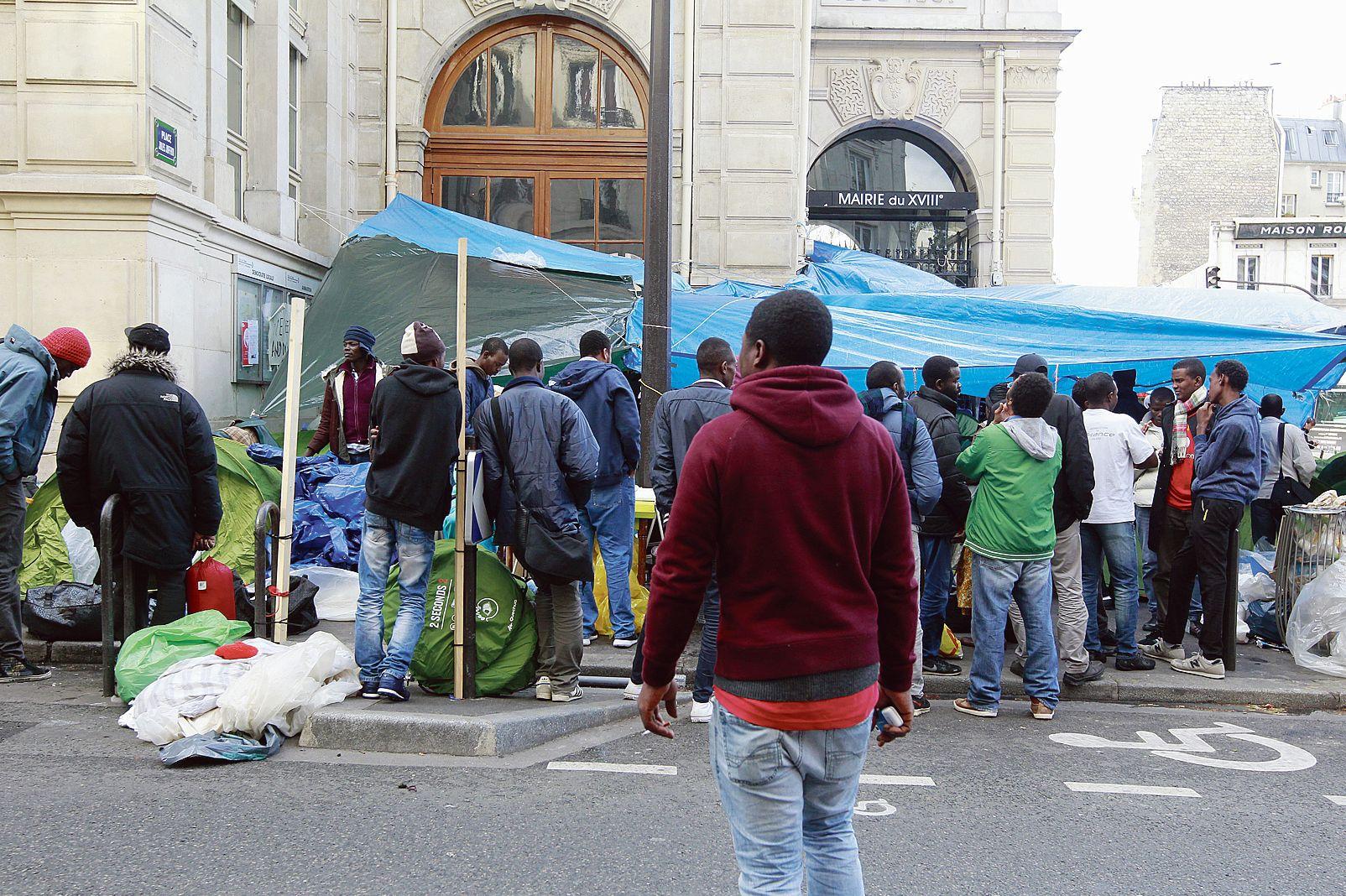 migrants devant la mairie du xviiie arrondissement de paris des matelas m me le sol. Black Bedroom Furniture Sets. Home Design Ideas