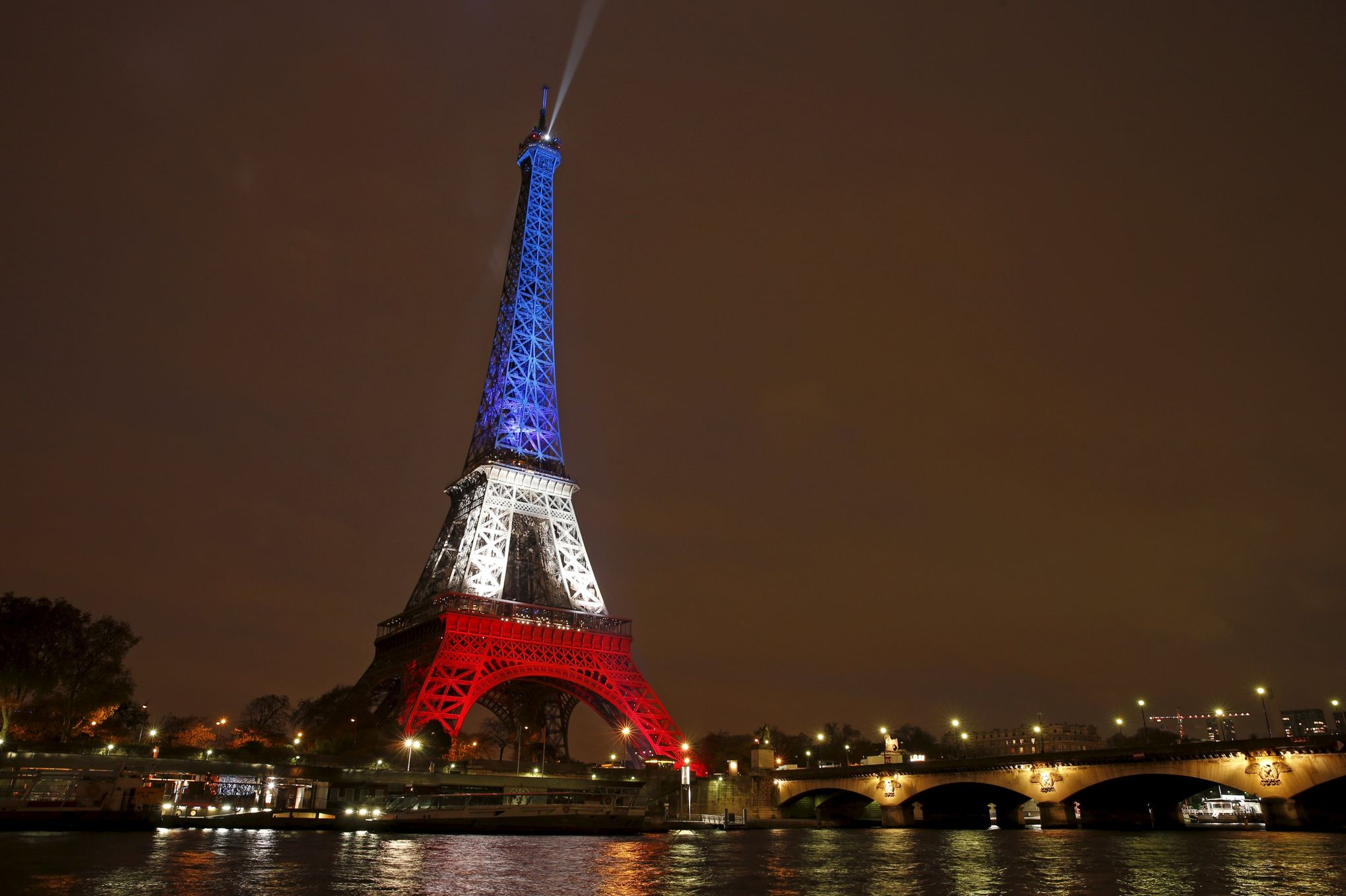 Une elue de paris veut un eclairage tricolore permanent de for Images et documents paris