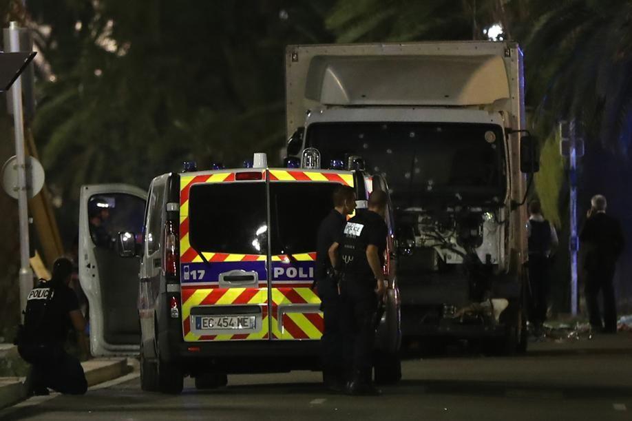 attentat de nice une seule voiture de police municipale s curisait l 39 entr e de la promenade. Black Bedroom Furniture Sets. Home Design Ideas