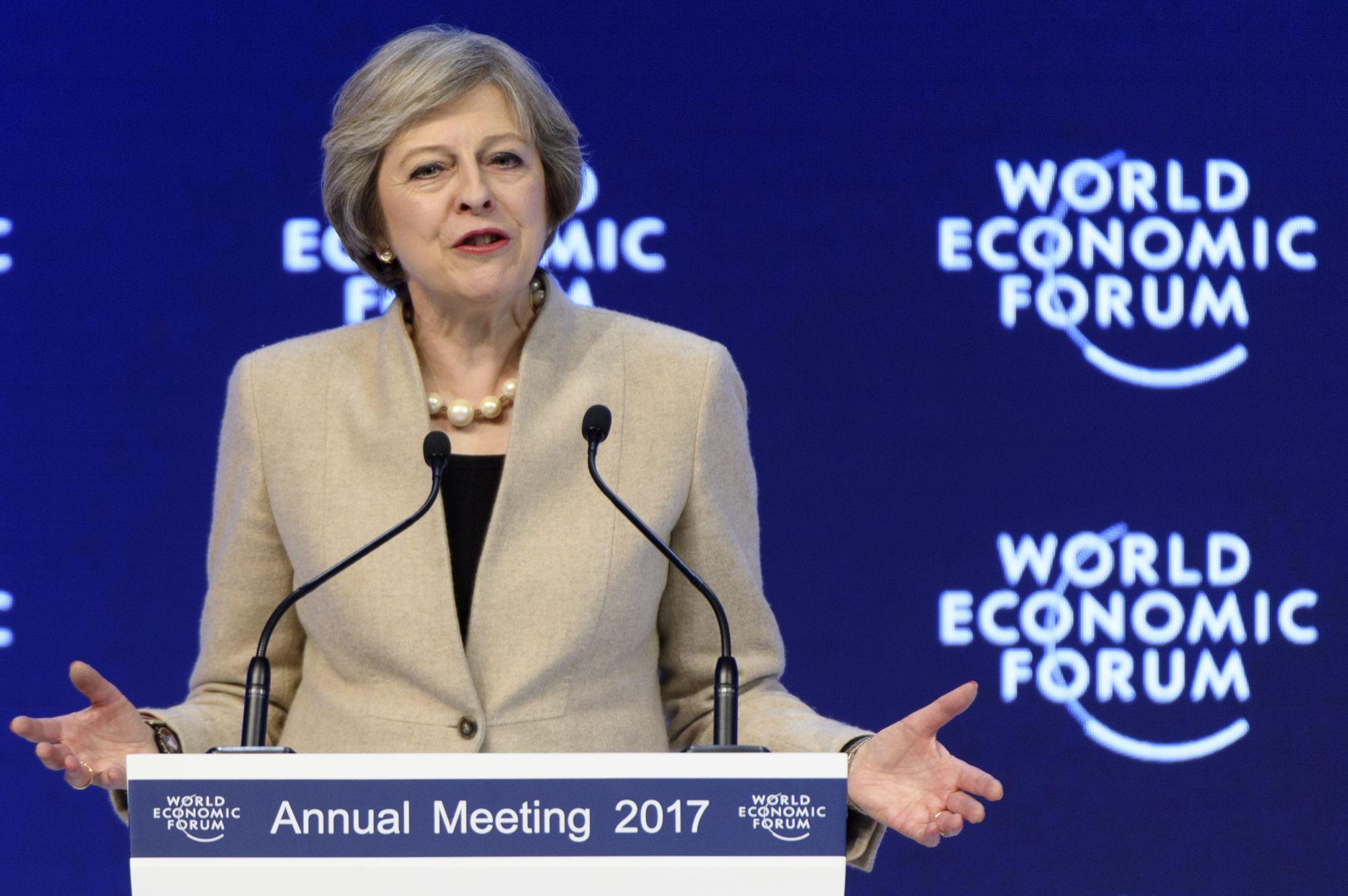Theresa May défend les laissés pour compte de la mondialisation au Forum de Davos