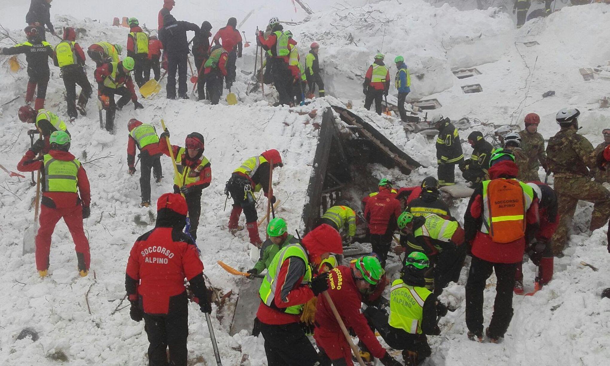 Avalanche en Italie: un espoir renaît, les recherches se poursuivent toujours