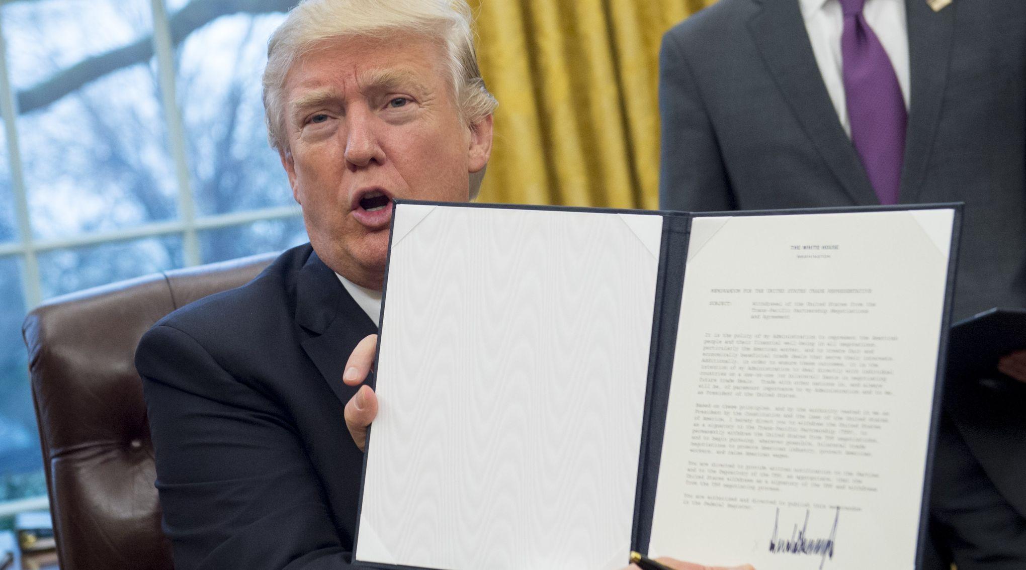 Trump signe l'acte de retrait des États-Unis du traité de libre-échange transpacifique