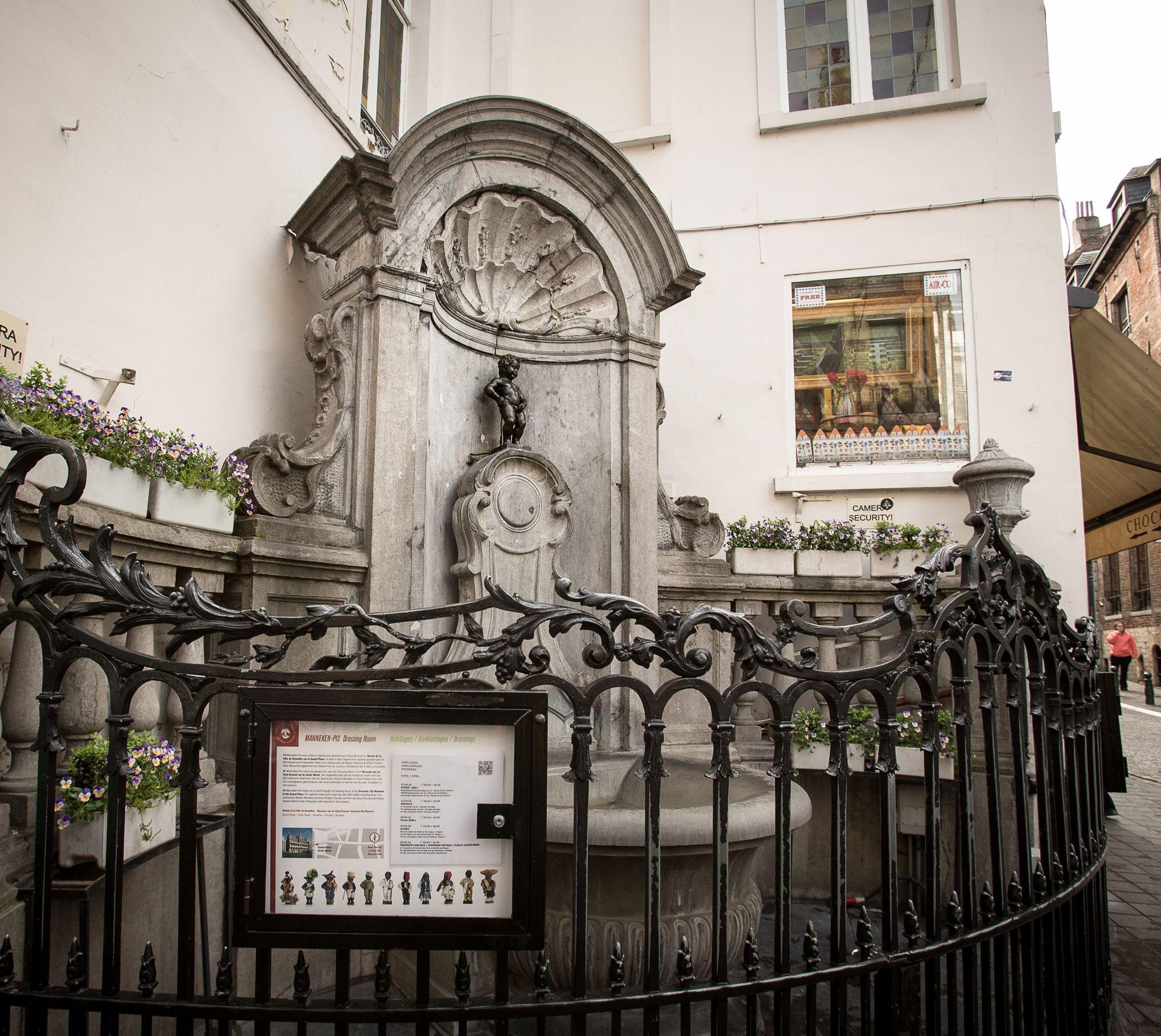 Bruxelles le manneken pis trop fort arrose les passants for Bd du jardin botanique 50 bruxelles