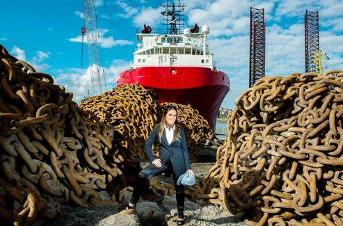 Seule femme PDG du secteur pétrolier, Gisèle Mac Laren dirige un chantier naval qui construit des navirs ravitailleurs. Elle espère produire des plates-formes pétrolières demain.