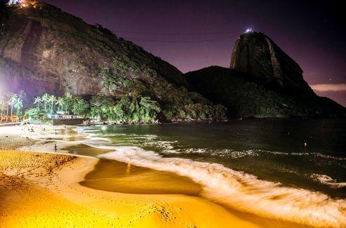 La praia Vermelha (la plage rouge), de nuit. En lisière du Pain de Sucre, ell est privée dans sa quasi-totalité. Ce lieu idyllique a souvent servi de décor aux scènes romantiques des fameusestelenovelas.