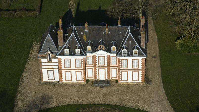 Vue aérienne du château Le Bois-Hibou dans l'Eure (27).