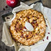 Tarte aux pommes, amandes effilées et chantilly à la rose