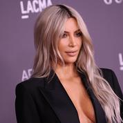 Topless et photographiée par sa fille, Kim Kardashian fait scandale