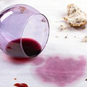 Pain à l'envers, couteaux croisés, vin renversé… Quand les superstitions s'invitent à table