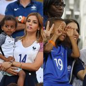Les femmes et les enfants des footballeurs dans les gradins