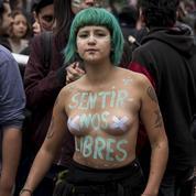 Au Chili, les violences machistes se dénoncent seins nus et dans la rue