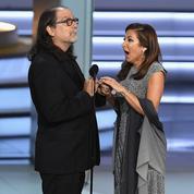Un réalisateur fait sa demande en mariage sur la scène des Emmy Awards