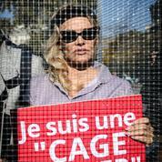Pamela Anderson en cage pour lutter contre la maltraitance animale