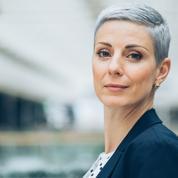 Colorer ses cheveux blancs ou gris : les pièges à éviter