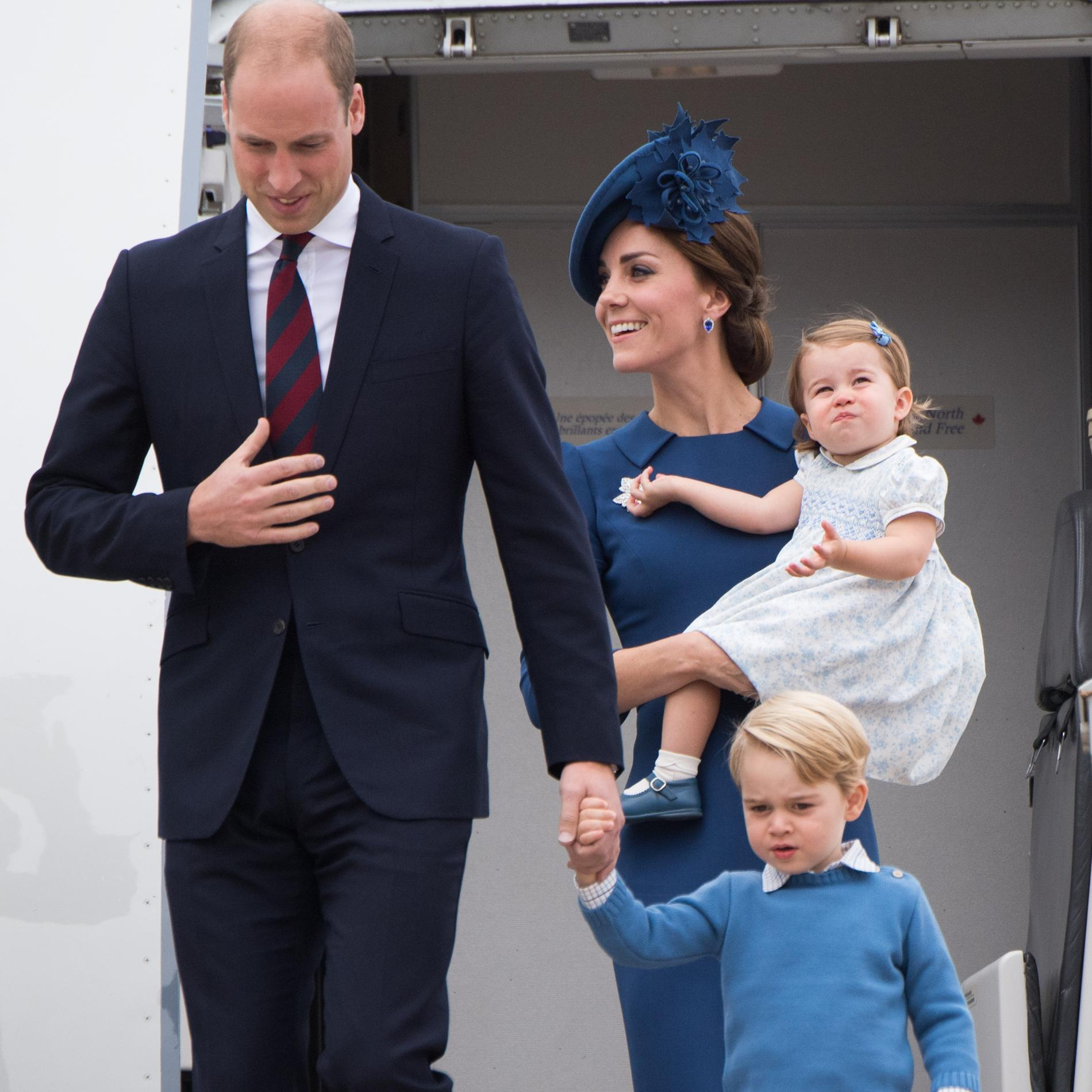 Kate, William, George et Charlotte à l'aéroport de Victoria