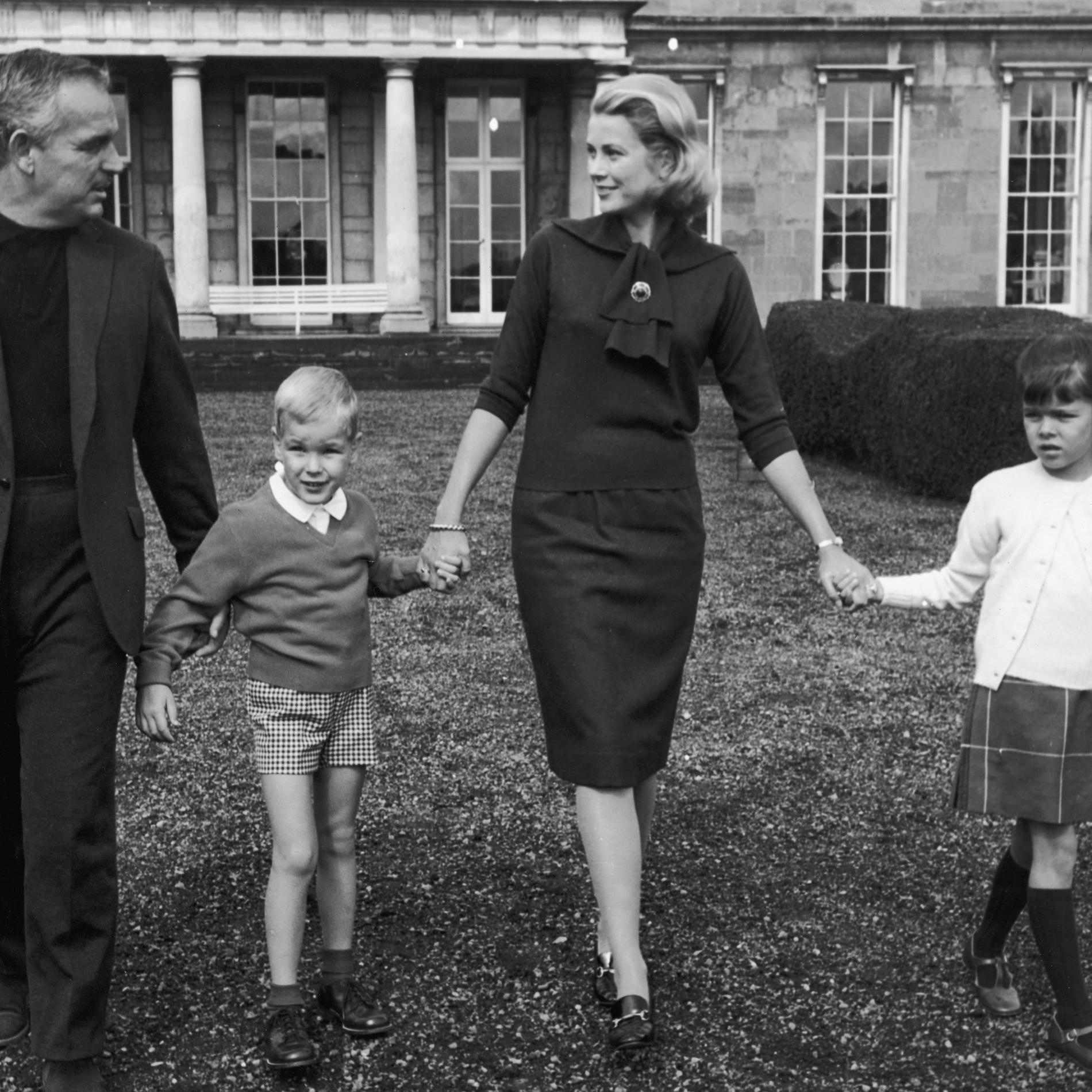 Grace Kelly, le prince Rainier et deux de leurs enfants