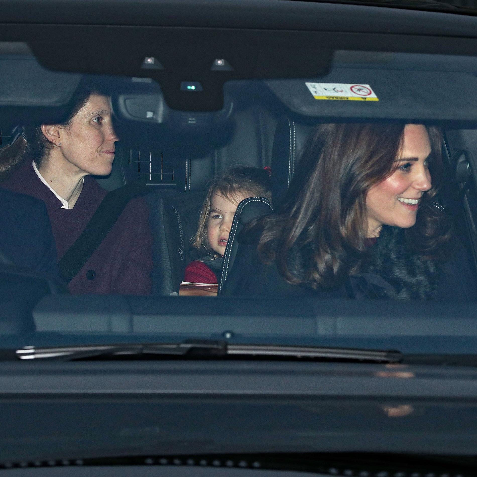 La princesse Charlotte et ses parents arrivent à Buckingham Palace