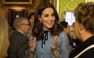 Kate Middleton dévoile son ventre arrondi lors d'une soirée à Buckingham Palace