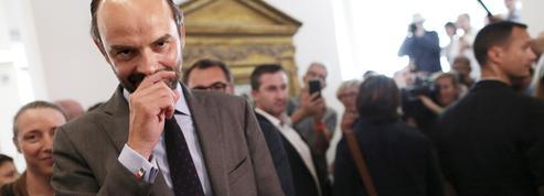 Le look d'Édouard Philippe : le grand brun à la chaussure marron