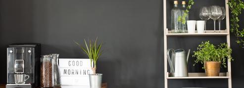Pêle-mêle de cadres, papier peint, étagères... Trucs et astuces pour habiller un mur