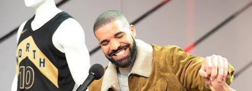 Le rappeur Drake offre 10.000 dollars de cadeaux à une femme de ménage