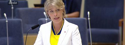 Une ministre suédoise arrive à l'Assemblée avec le maillot d'un footballeur