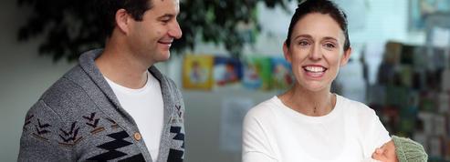 Six semaines après son accouchement, la première ministre néo-zélandaise de retour au travail
