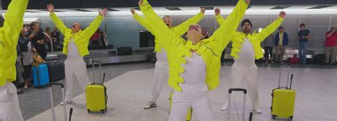 Des bagagistes de l'aéroport de Londres dansent en hommage à Freddie Mercury