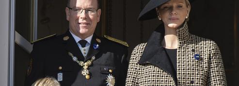 Les jumeaux Jacques et Gabriella de Monaco posent devant le sapin familial