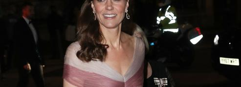 Kate Middleton ose en rose et en Gucci