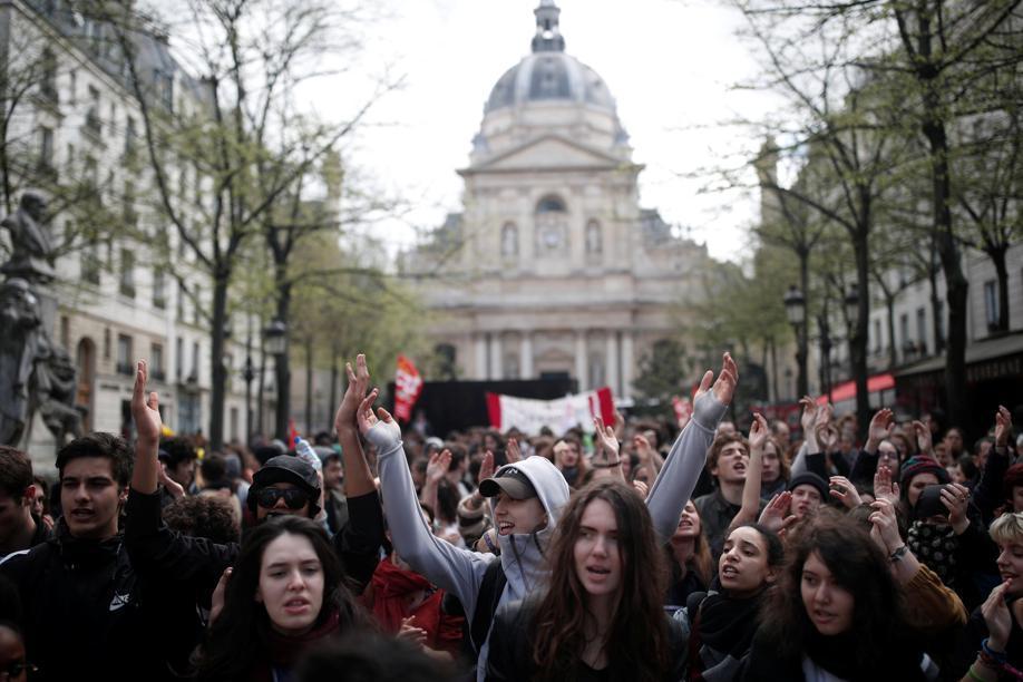 Les étudiants manifestent devant l'université de la Sorbonne