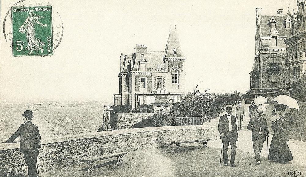 Les Roches brunes (Dinard) apparaissent sur une ancienne carte postale.