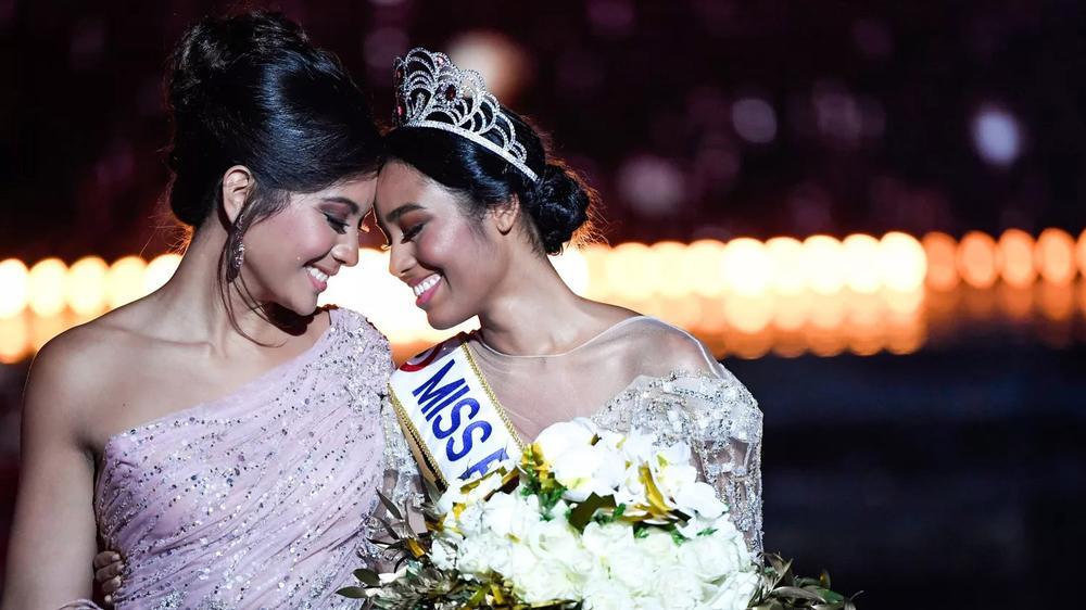 Vaimalama Chaves, Miss France 2019, remettant la couronne à Clémence Botino, Miss France 2020, en décembre 2019 à Marseille.