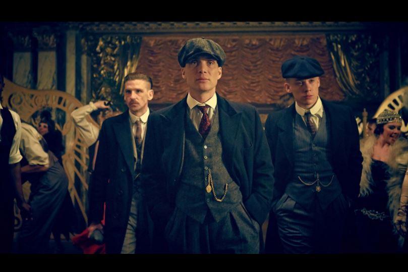Tommy Shelby (Cillian Murphy), entouré de ses deux frères : à gauche,  Arthur (Paul Anderson), et à droite John (Joe Cole).