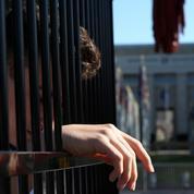 Genève: des adolescents s'enferment dans des cages pour manifester contre Trump