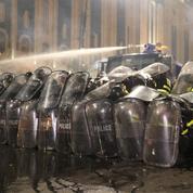Géorgie : des dizaines de personnes blessées lors de violents heurts devant le Parlement