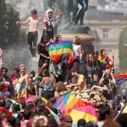 EN IMAGE - Plusieurs dizaines de milliers de personnes pour la Marche des Fiertés