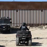 Des trafiquants mexicains scient le mur à la frontière américaine, Trump minimise