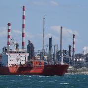 Grève: l'arrêt de deux raffineries sur huit «enclenché», d'autres pourraient suivre