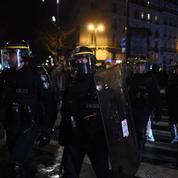 Le Pen «condamne» la manifestation devant le théâtre où se trouvait Macron