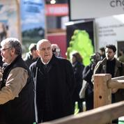 Abattoir Sobeval : agacé par des questions, Didier Guillaume arrache un micro des mains d'un journaliste