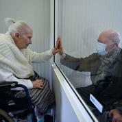 Coronavirus : la photo émouvante d'un fils visitant sa mère de 88 ans en maison de repos
