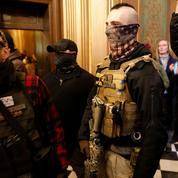 Des manifestants armés dans le Parlement du Michigan contre le confinement