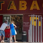 Déconfinement: ruée vers les bureaux de tabac du Perthus, à la frontière espagnole