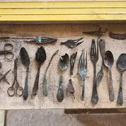 Des objets cachés par des prisonniers d'Auschwitz découverts